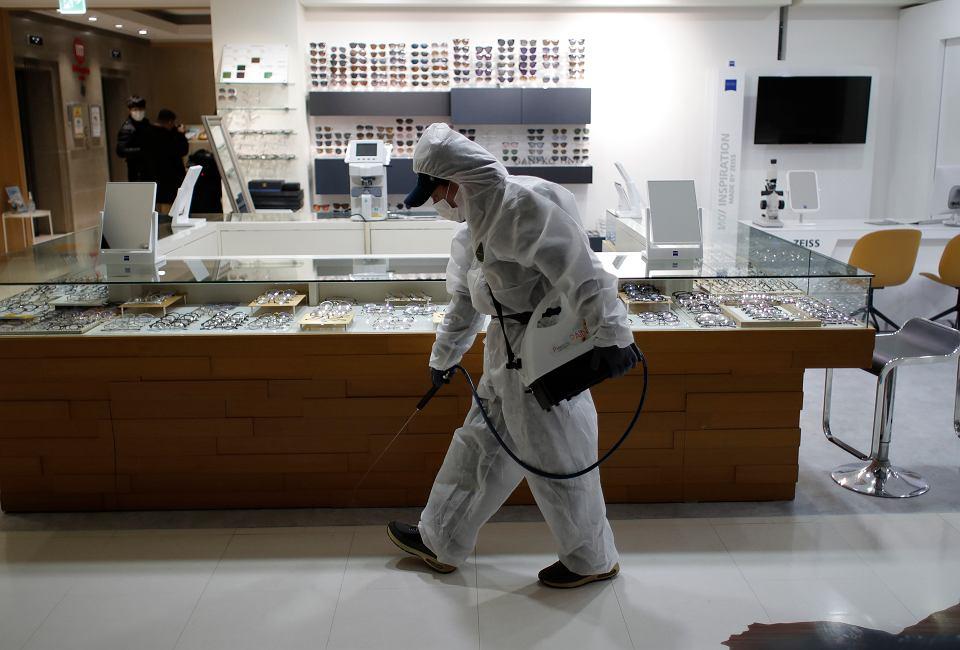 Walka z epidemią koronawirusa - dezynfekcja miejsc pracy. Seul, Korea, 2 marca 2020