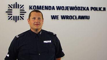 Starszy sierżant Michał Szpila uratował dziecko, fot. dolnośląska policja