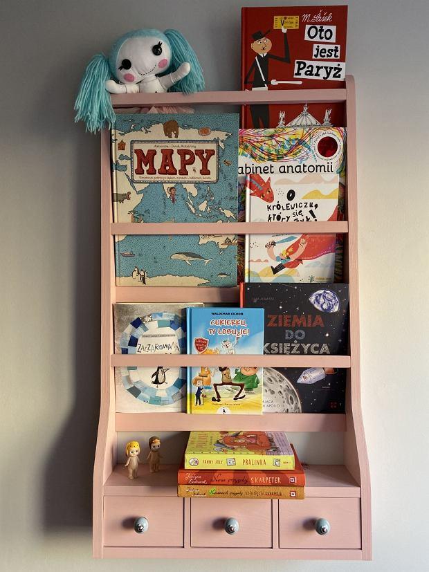 Tematyka jest bardzo różna, dziecko wybiera, co ma ochotę przeczytać.