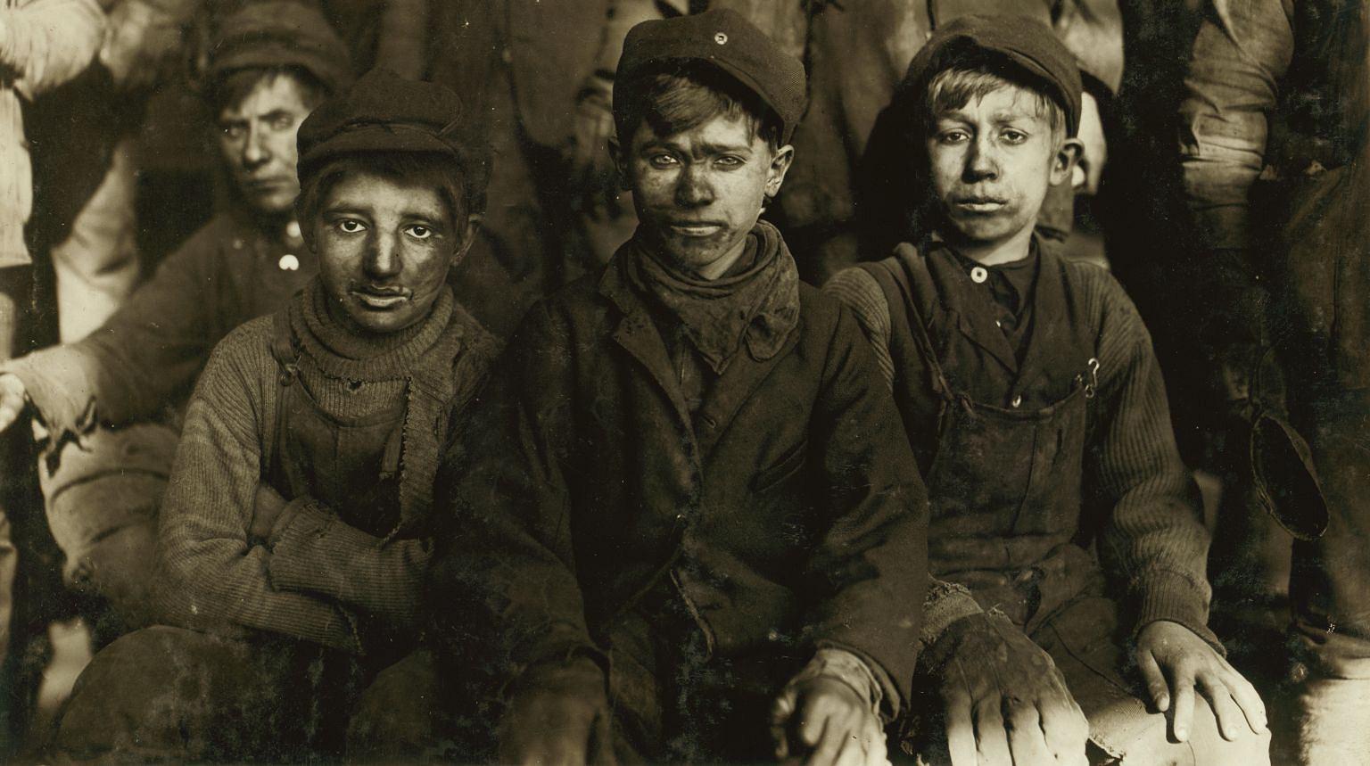 Angielskie dzieci pchały wózki z węglem, wiązały nitki na fabrycznych krosnach, czyściły kominy