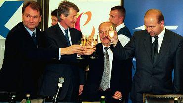 Lipiec 2000 r., podpisanie umowy sprzedaży TP SA. Od lewej: Jan Kulczyk, prezes France Télécom Michel Bon, minister skarbu Emil Wąsacz i minister łączności Tomasz Szyszko