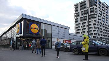Pandemia koronawirusa. Kolejka do lidla - w sklepie może przebywać na raz tylko kilkadziesiąt osówb. Kraków, 23 marca 2020