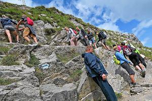 Ludzie ustawiają się w kolejkach, aby wejść na szczyt w Tatrach. Tłumy już m.in. na Rysach i Giewoncie