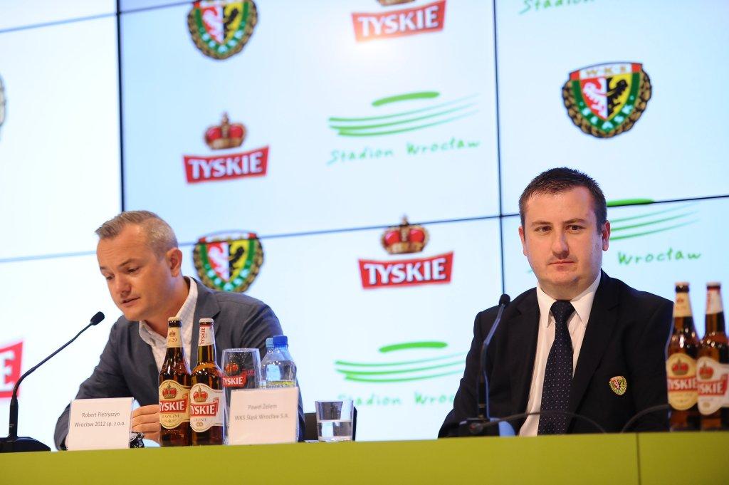 Niedawno, przy podpisywaniu kontraktu sponsorskiego na reklamę piwa Tyskie, uczestniczyli przedstawiciele Wrocław 2012 - prezes Robert Pietryszn (z lewej) oraz prezes piłkarskiej Śląska Paweł Żelem (z prawej). Wkrótce ich współpraca będzie jeszcze bliższa