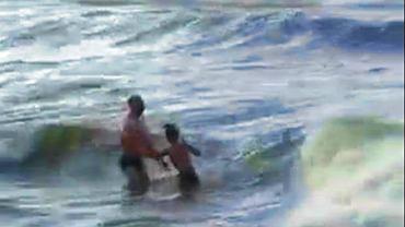 Morze Bałtyckie było wzburzone, ale mężczyzna z dziećmi i tak wszedł do wody - opisuje czytelnik gazeta.pl