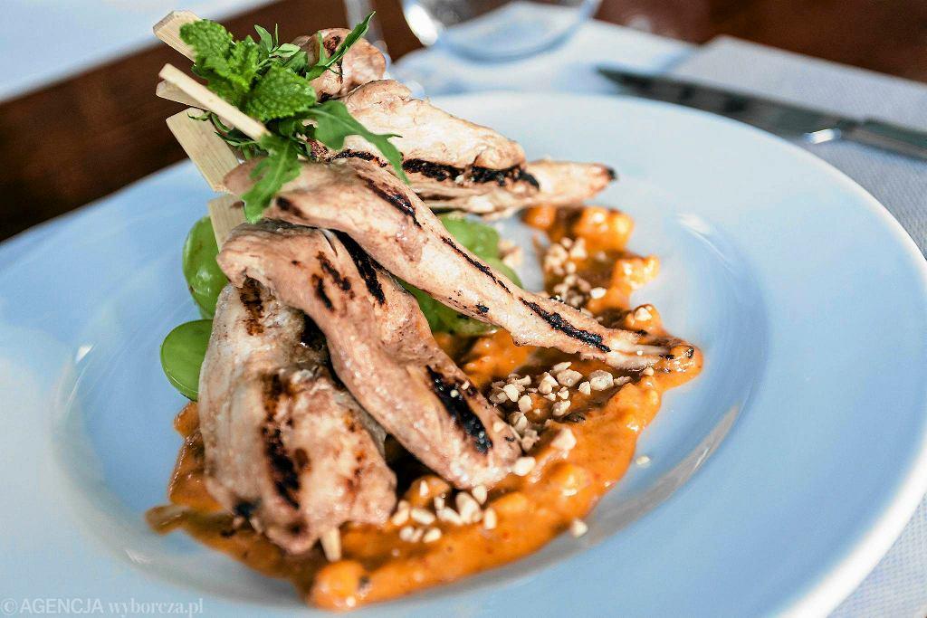Satay z kurczaka z restauracji Stixx Bar & Grill przy pl. Europejskim 4a na Woli / DAWID ZUCHOWICZ