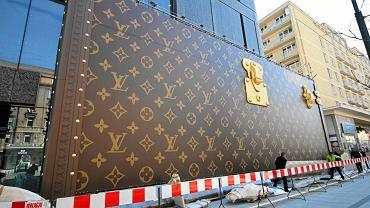 Wielka reklama przypominająca kufer podróżny stanęła przed domem handlowym vitkAc przy Al. Jerozolimskich