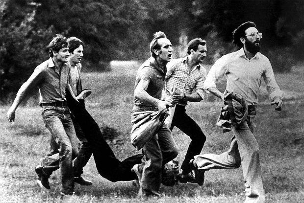 Tydzień temu agencja reklamowa wykorzystała znane zdjęcie Krzysztofa Raczkowiaka w reklamie wódki Żytnia i przedstawiła zabitego robotnika jako 'ofiarę wieczoru kawalerskiego'. Na zdjęciu: mężczyźni ze śmiertelnie rannym Michałem Adamowiczem biegną w kierunku ulicy Zawadzkiego w Lubinie. Podczas demonstracji robotników 31 sierpnia 1982 r. (w Polsce trwał wtedy stan wojenny) oddziały milicji i ZOMO użyły broni. Od kul zginęły trzy osoby, a kilkadziesiąt zostało rannych
