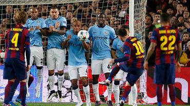 <b>Leo Messi</b> strzela z rzutu wolnego, spójrzcie tylko na przerażonych piłkarzy w murze. Zwłaszcza na Kompanego. Piłka wylądowała jednak na siatce
