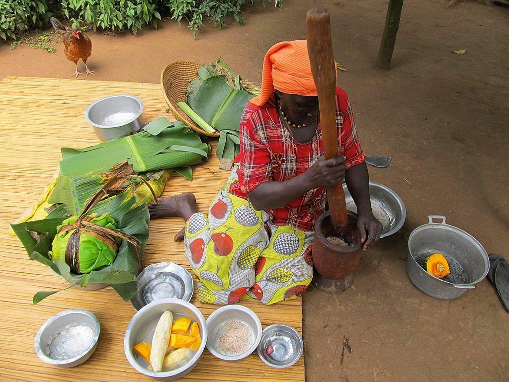 Ednah z Boomu Women's Group przygotowuje na kolację matoke z sosem z orzeszków ziemnych.