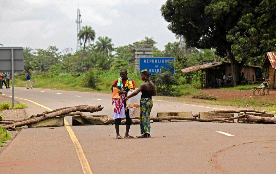 Prowizoryczny punkt kontrolny w okręgu Kambia (Gwinea).