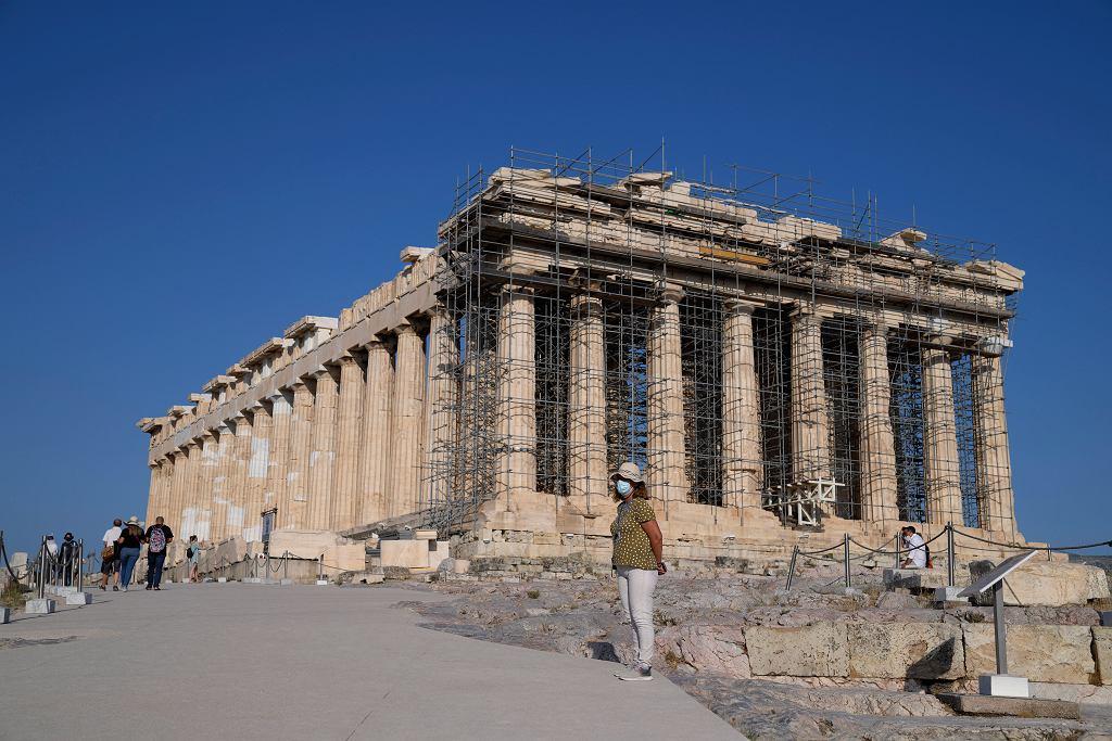 Akropol zalewany jest betonem