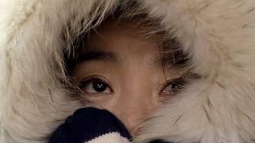 Zmarznięta Koreańska kibicka - rekordowe mrozy podczas XXIII Zimowych Igrzysk Olimpijskich. Pjongczang, Korea Południowa, 11 luty 2018