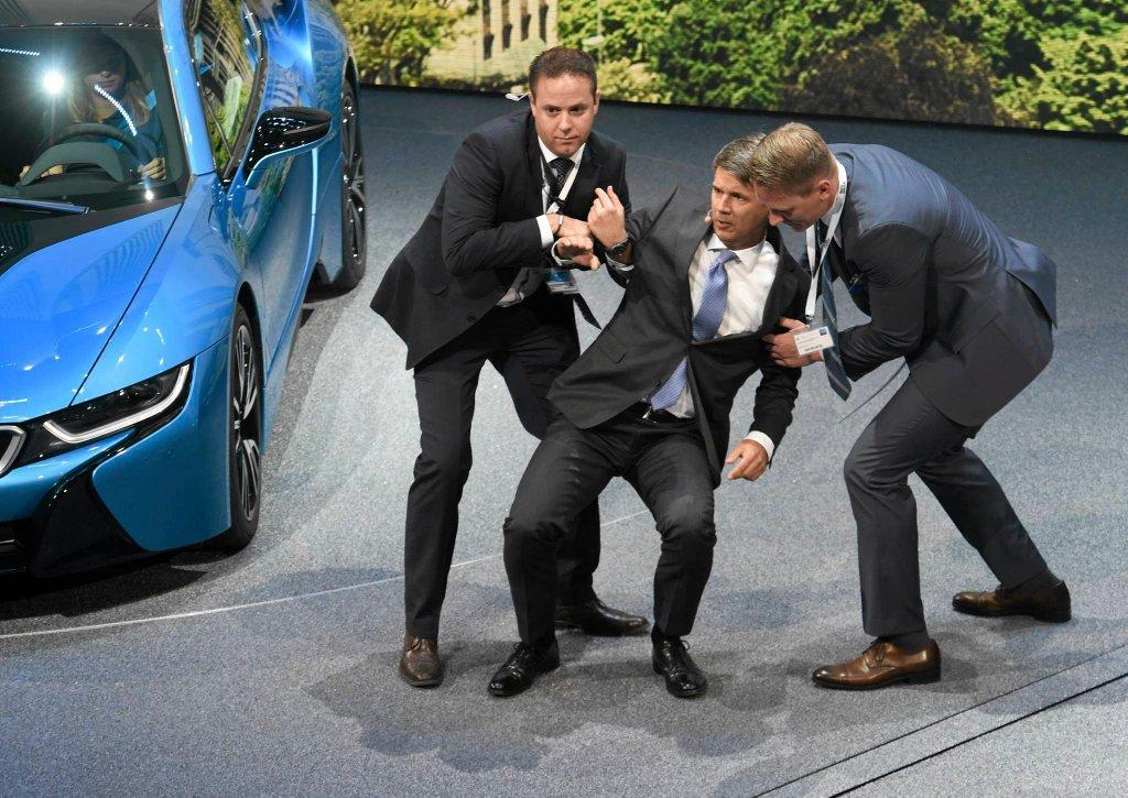 Szef BMW upadł podczas salonu samochodowego we Frankfurcie