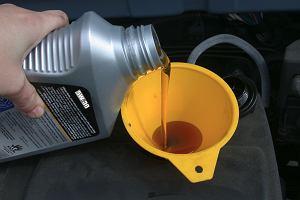 Nadmiar oleju w silniku także jest bardzo szkodliwy. Konsekwencje mogą być kosztowne