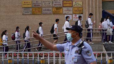 Koronawirus w Chinach. Miasto z radykalnymi restrykcjami. Personel lotnisk w pełnych strojach ochronnych