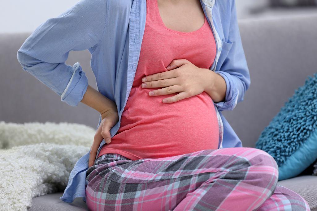 Twardy brzuch niekiedy występuje u kobiet w zaawansowanej ciąży. Zdjęcie ilustracyjne