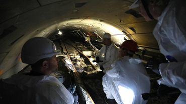 Tunel kolektora ściekowego pod dnem Wisły. Awaria rurociągów wypiętrzyła zalewający je beton. W najwęższym miejscu prześwit w tunelu skurczył się ze 180 do zaledwie 38 cm.