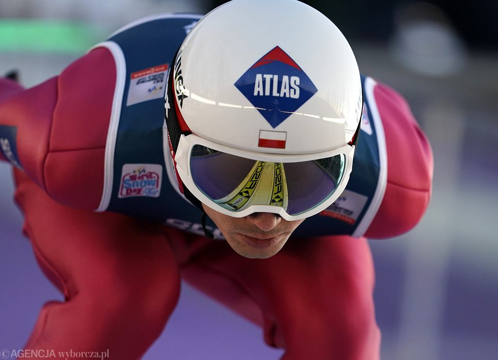 Kamil Stoch podczas skoków narciarskich w ramach Pucharu Świata w Wiśle.