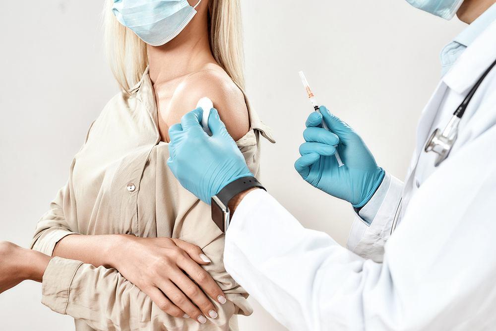 COVID-19: Kto powinien być szczepiony w pierwszej kolejności: kontrowersyjny pomysł naukowców