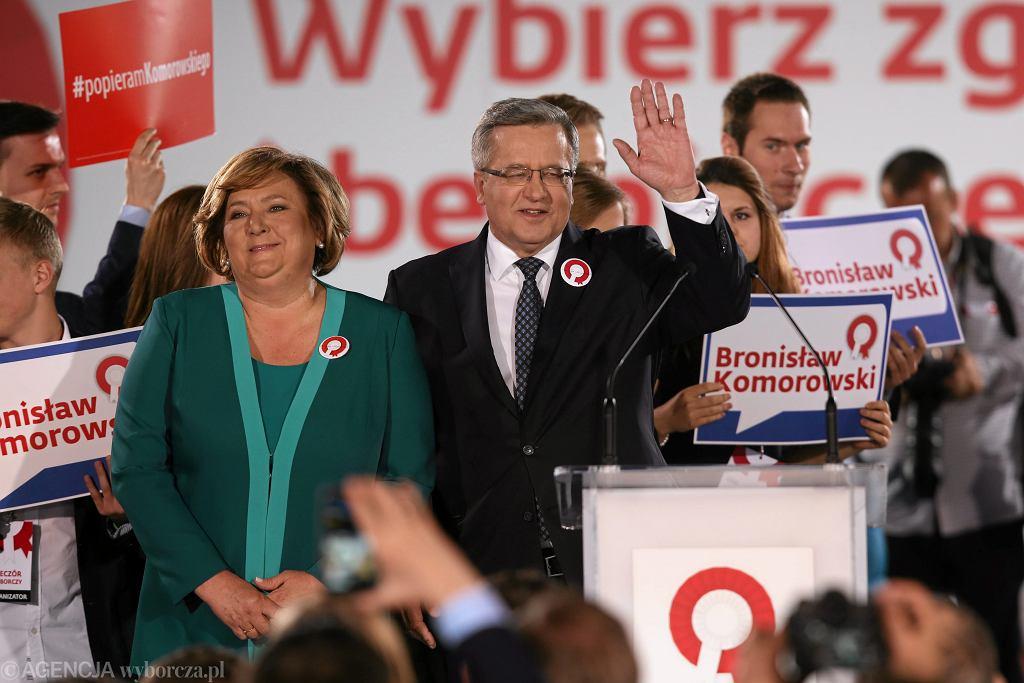 Bronisław Komorowski podczas wieczoru wyborczego w swoim sztabie