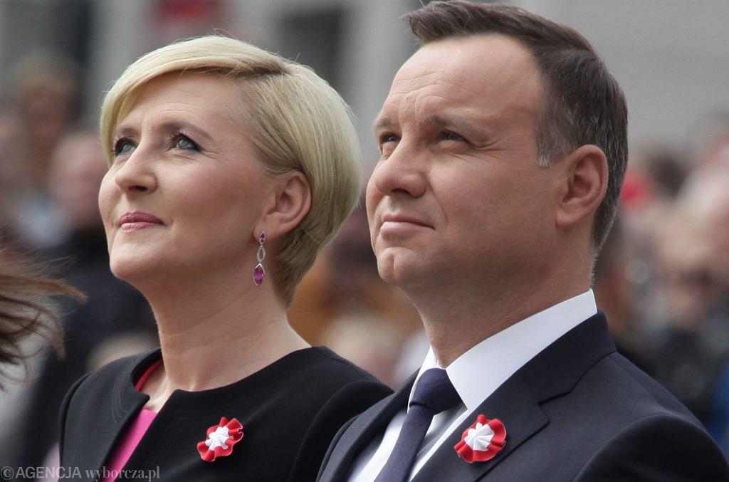 Agata i Andrzej Duda pojawili się na Plaucu Zamkowym w Warszawie na poniedziałkowych obchodach Dnia Flagi RP oraz Dnia Polonii i Polaków za Granicą. Pierwsza dama po plotkach o kryzysie stara się częściej towarzyszyć mężowi podczas oficjalnych wyjść.