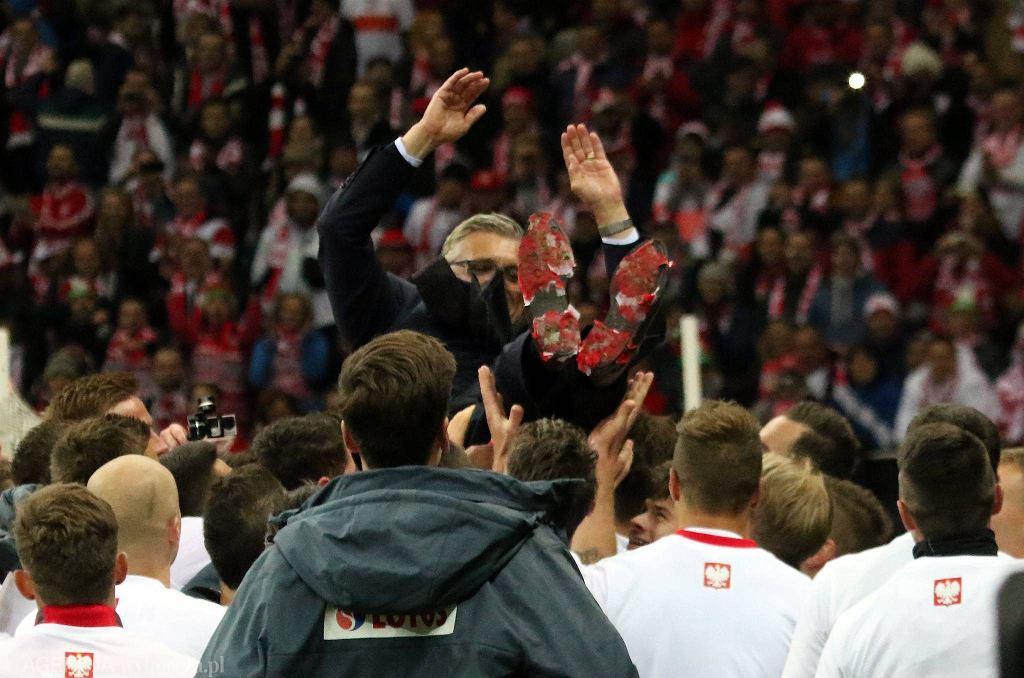 Selekcjoner Adam Nawałka na rękach reprezentantów Polski
