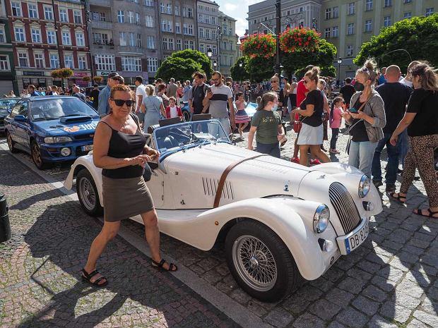 Zdjęcie numer 1 w galerii - Międzynarodowy rajd zabytkowych pojazdów na Rynku w Wałbrzychu. Było co podziwiać [ZDJĘCIA]
