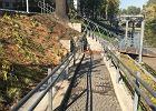 Kuriozalny podjazd dla wózków nad rzeką. Kończy się... ścianą