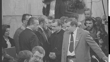 Warszawa, 5 kwietnia 1989 r., dzień podpisania porozumień Okrągłego Stołu. Na zdjęciu m.in. szef MSW Czesław Kiszczak, obserwator ze strony Kościoła ksiądz Alojzy Orszulik i przywódca 'Solidarności' Lech Wałęsa