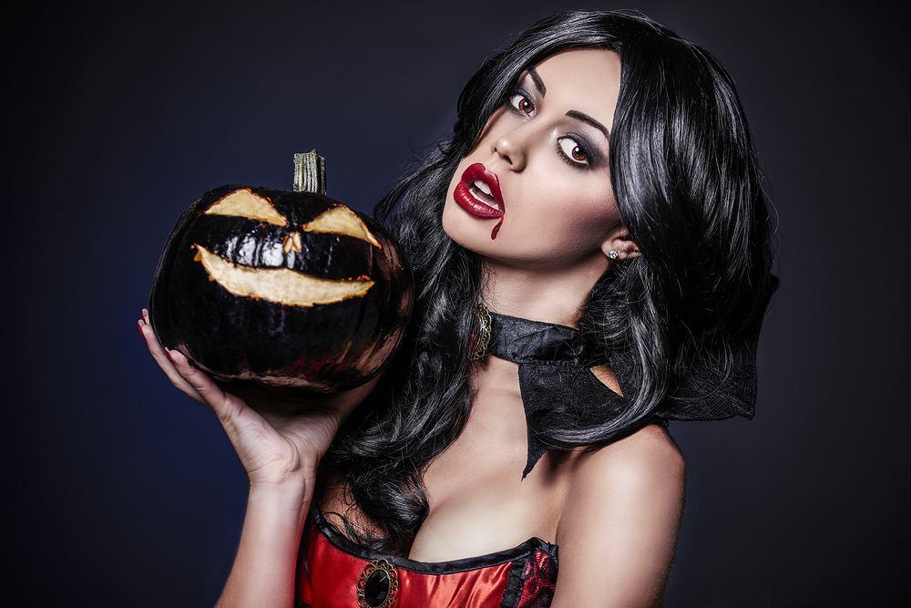 Jak zrobić upiorny makijaż wampira na Halloween? Podpowiadamy krok po kroku