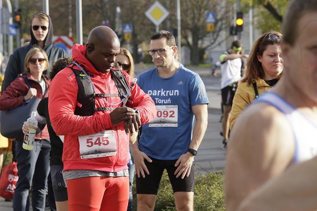Zdjęcie numer 21 w galerii - Ponad 1200 biegaczy na starcie 37. Toruń Maraton, wygrał Łukasz Oskierko [ZDJĘCIA]