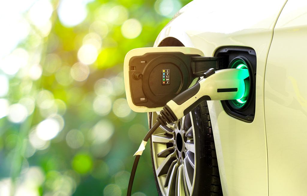 Ładowanie samochodu elektrycznego.