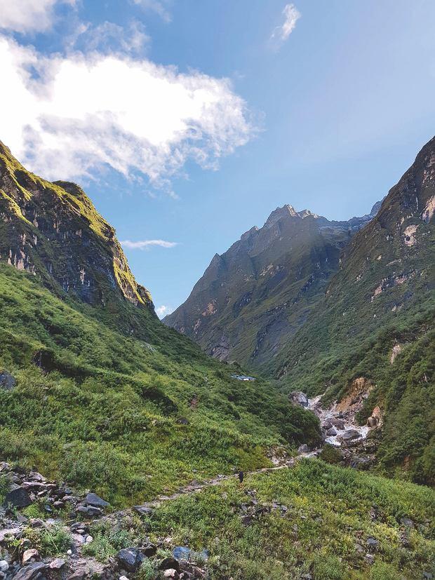 Przejście między zboczami w kierunku świętej góry Machhapuchhare. Jest bardziej święta niż Giewont, więc nie wolno się na nią wspinać.