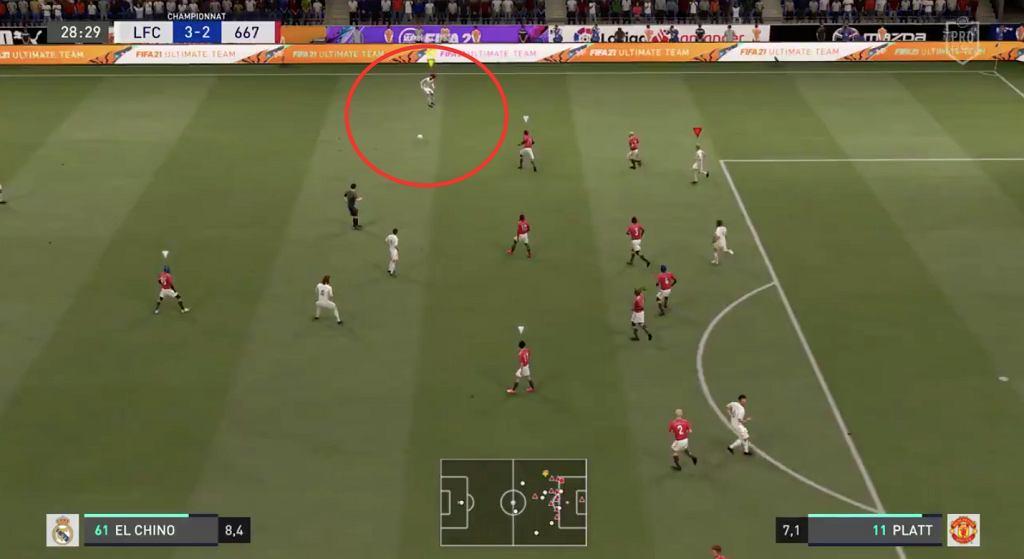 Błąd w grze FIFA 21, w której zawodnicy wyskakują kilka metrów nad normę. Źródło: Twitter (ScreenShot)