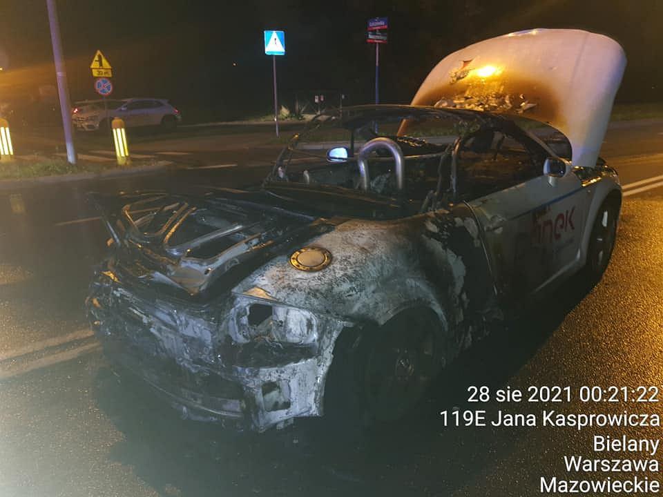 Spalone Audi TT po wypadku w nocy z piątku na sobotę na Wisłostradzie