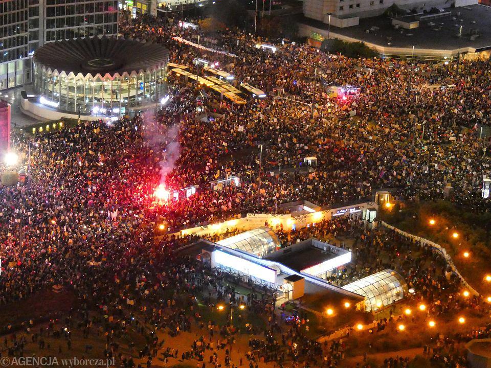 30.10.2020 Warszawa . Strajk Kobiet . Marsz na Warszawe - 8. dzien protestow przeciwko zaostrzeniu prawa aborcyjnego po wyroku Trybunalu Konstytucyjnego