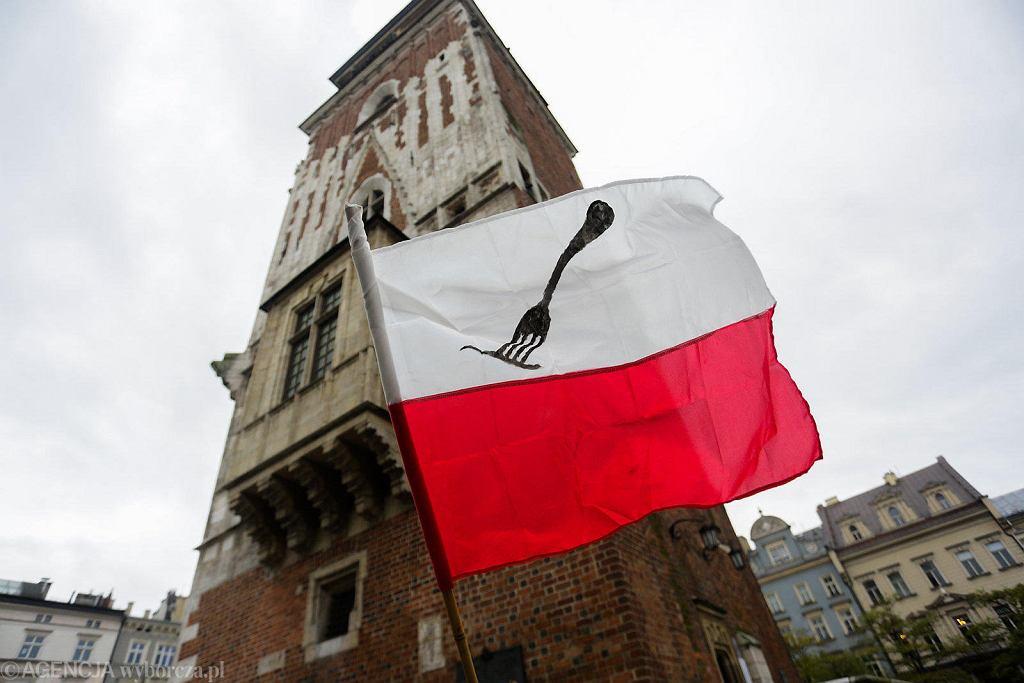Protest branży gastronomicznej na Rynku Głównym w Krakowie. 'Czarna polewka dla rządu RP'.
