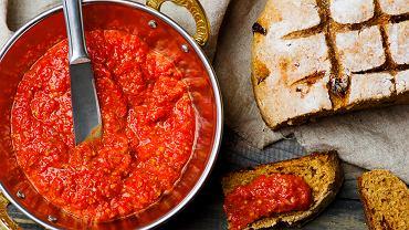 Ajvar to tradycyjna bałkańska pasta przygotowana z pieczonej papryki, bakłażana i czosnku