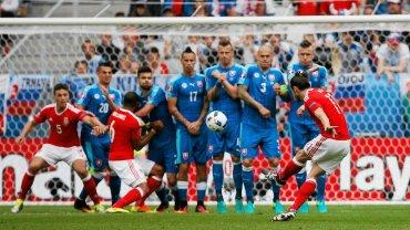 Walia - Słowacja 2:1. Gareth Bale wykonuje rzut wolny