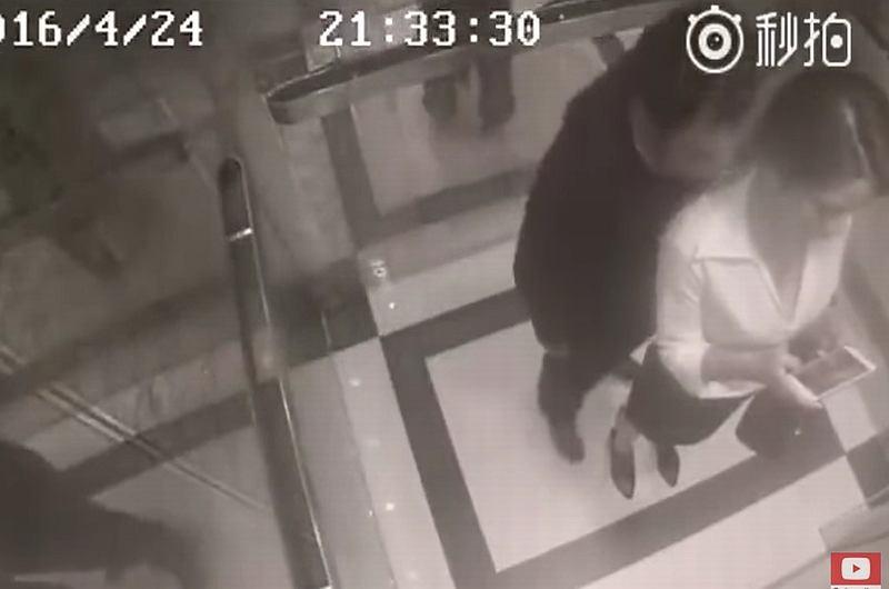 Mężczyzna obmacuje kobietę w windzie