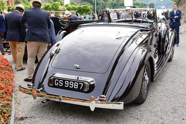 Pieczołowicie odrestaurowany w renomowanej brytyjskiej firmie P&A Wood, Rolls-Royce generała nosi oryginalną, bliską burgunda barwę nadwozia, tabliczkę z gwiazdkami generalskimi na zderzaku oraz prawidłowe proporczyki na błotnikach z przedwojennym polskim orłem.