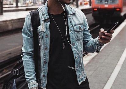 W szafie każdego mężczyzny powinna się znaleźć przynajmniej jedna kurtka jeansowa.