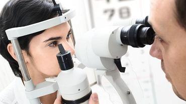 Okulista leczy choroby oczu, optometrysta koryguje wady wzroku i dobiera szkła okularów