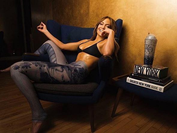 Jennifer Lopez stworzyła swoje ubrania sportowe. Na legginsach jest jej podobizna