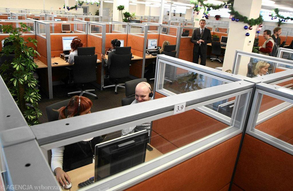 Coraz więcej dużych firm wprowadza infolinie, które mają ułatwić im komunikację z klientami