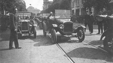 Ruch samochodowy na Krakowskim Przedmieściu. Zdjęcie z 1926 roku.