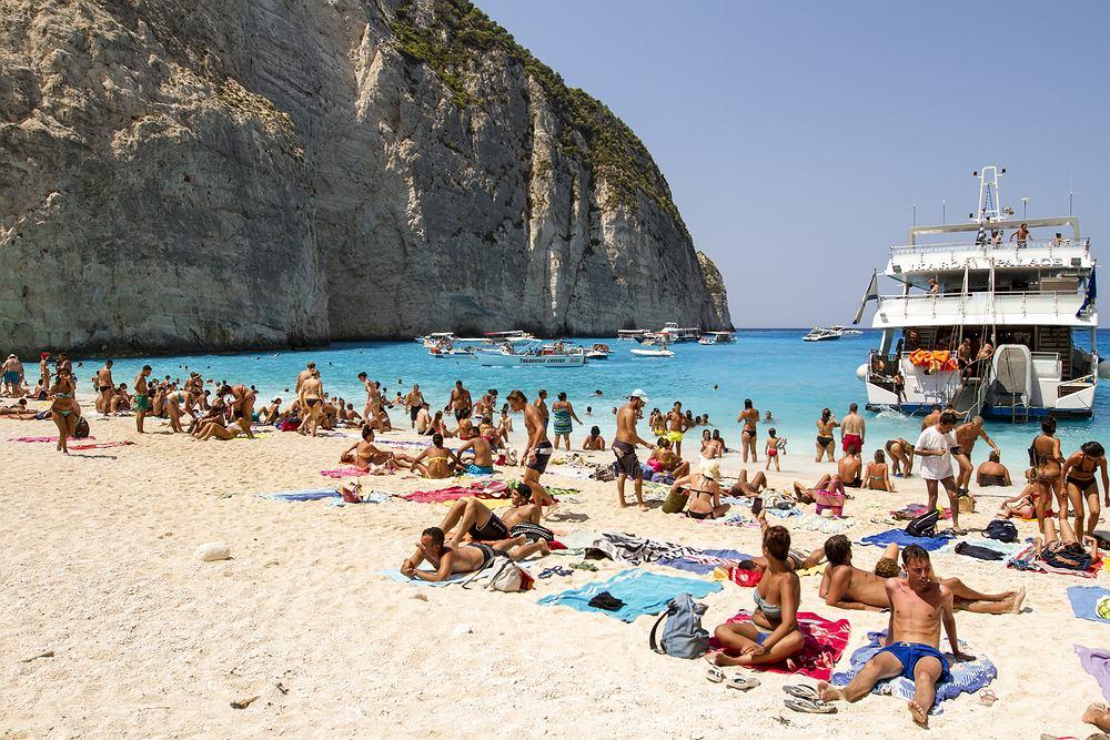 Turyści na greckiej wyspie Zakynthos, która jest jednym z najpopularniejszych kierunków wakacyjnych wśród Polaków