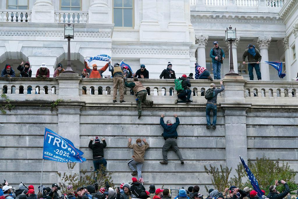 USA. Uczestnicy zamieszek na Kapitolu są zwalniani z pracy (zdjęcie ilustracyjne)