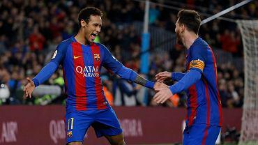 Barcelona pewnie ograła Celtę Vigo. Neymar i Lionel Messi cieszą się po zdobyciu gola